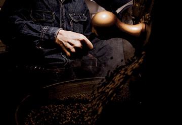 できたての焙煎豆が、勢いよく釜から出てくる風景。