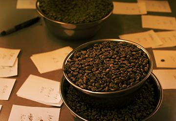 生豆を丁寧に計量し、焙煎への準備を行っていきます。